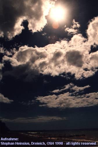 Partielle Sonnenfinsternis über dem Strand von Pointe Noire