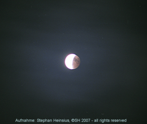 Mondfinsternis und durchziehende Wolken