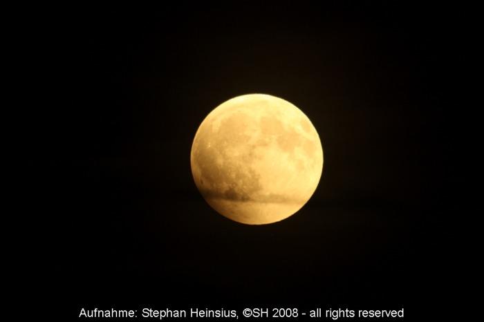 Der Mond kurz vor dem Eintritt in den Kernschatten