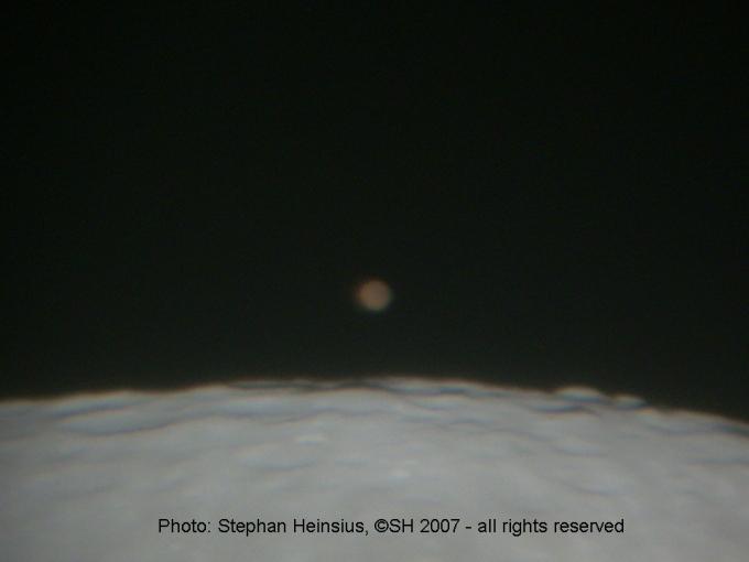 Mars über der Mondoberfläche